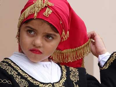 ook de jongste dragen traditionele kleding tijdens oxi dag