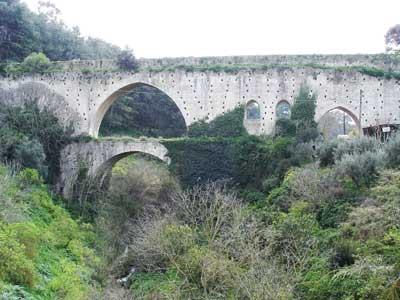 in route 59 ziet u een oude waterbrug - aquaduct - net voordat u Knossos bereikt