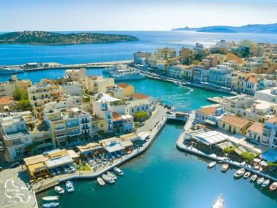 Agios Nicolaos met op de achtergrond de baai van Mirabello.