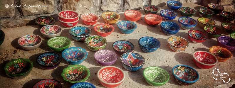 keramiek wordt aangeboden aan de oevers van het meer van kournas