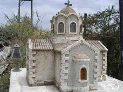 een blik in de Milatos grot met het kapelletje en het knekelhuis met de botten van de overledenen