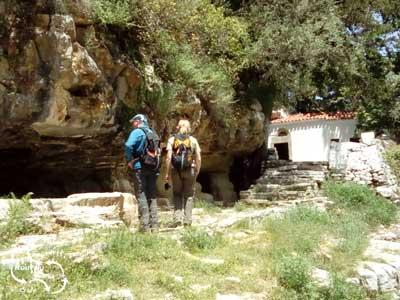 u rijdt door de mooie straatjes van Koutouloufari, het bergdorpje boven Chersonissos