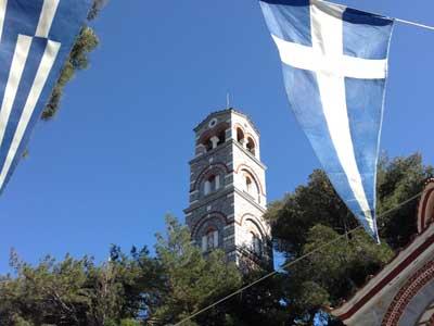de grote klokkentoren die boven het kleine kerkje uitreist