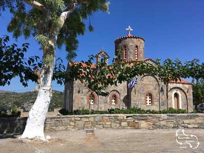 witte boomstam voor kerk op kreta