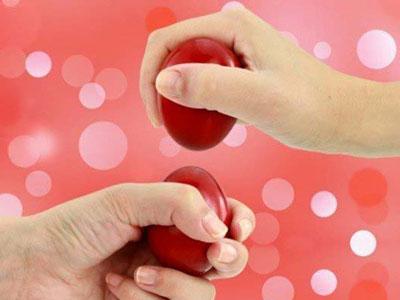 een competitie met rood geschilderde eieren