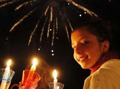 de nacht van zaterdag op zondag wordt Grieks Pasen gevierd met vuurwerk