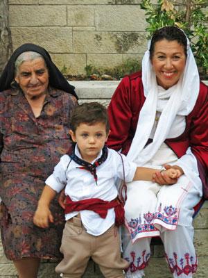grootouders passen op de kleinkinderen tijdens de Heilige Week voor Grieks Pasen.