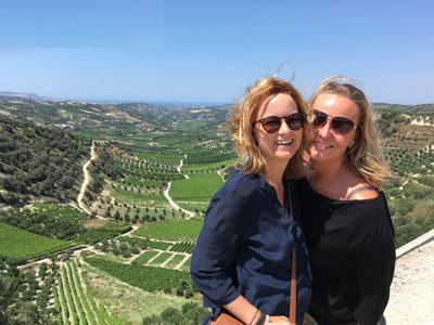 Mr.Routaki rijdt u door de druivenvelden in het Toscane van Kreta.