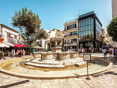 fontein met gezellige terasjes in het centrum van Heraklion