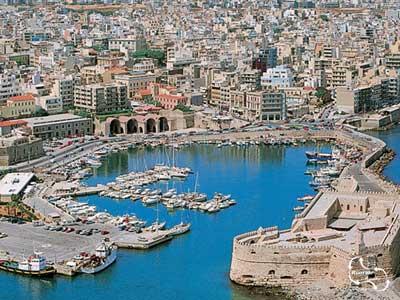de vissershaven en het fort = kenmerkend voor Heraklion