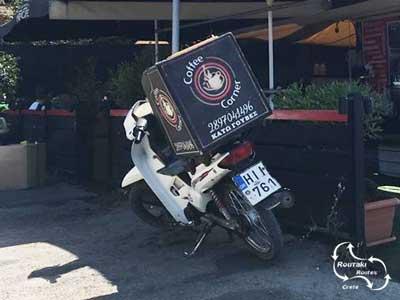 aflever service dmv de scooter van het koffie huis