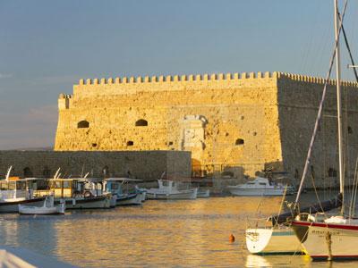 mooi zicht tijdens de golden hour over het fort van Heraklion