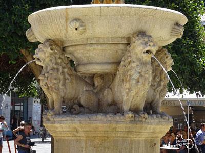 mooie leeuwenafbeeldigen van leeuwen die de stad Heraklion van drinkwater voorzien.