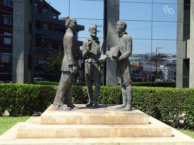 standbeelden bij het busstation in Heraklion - tijdloze ontmoeting
