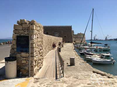 volg de houten pier om bij de ingang van het havenfort Koules te geraken