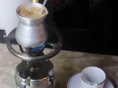 drie maal gekookt op een gasbrandertje - traditionele Griekse koffie in de maak