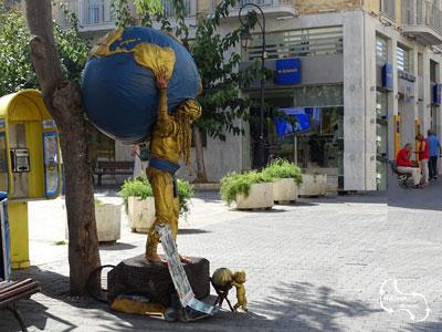 creatieve mensen actief in de 25 augustus straat in Heraklion