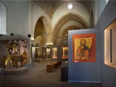 de zeer oude St. Catharina kerk wordt nu als tentoonstellings ruimte gebruikt