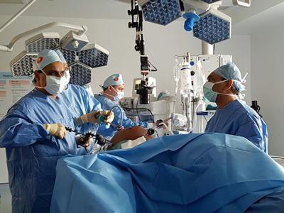 chirurgen doen hun uiteste best in het ziekenhuis in Heraklion