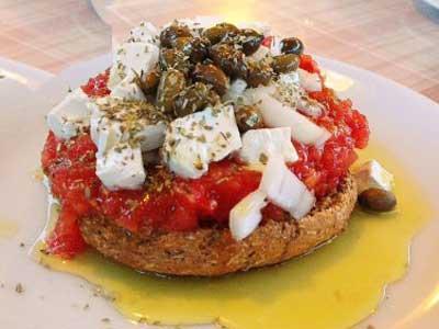 het traditionele dakos brood met tomaat en feta