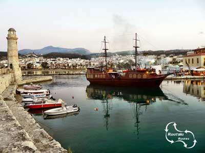 mooie taferelen als de piratenboot de Venetiaanse haven binnen vaart
