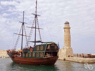 de vuurtoren van Rethymno met de piratenboot