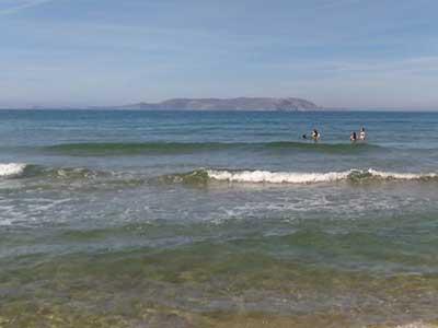 Dia eiland gezien vanaf de kustlijn bij Gouves