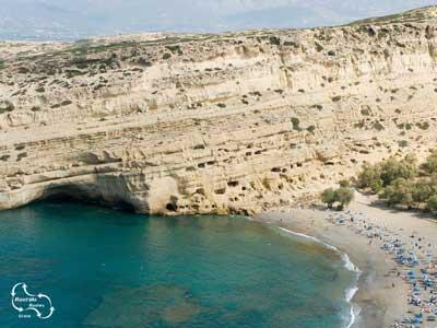 de meest bekende kalksteen wanden zijn die bij Matala op het strand