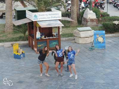 de vrijwilligers voor hun kiosk in de haven van Rethymnon