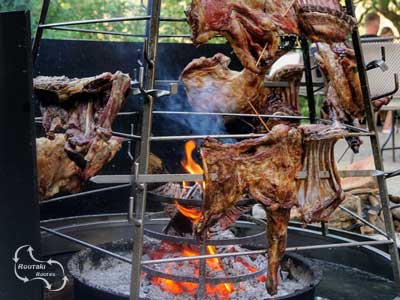 grote stukken lamsvlees op de spies - antikristo