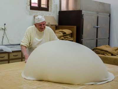 de oudste filo deeg bakker van Kreta aan het werk met zijn deeg