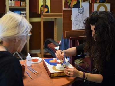 Alexandra laat zien hoe je een icoon schildert