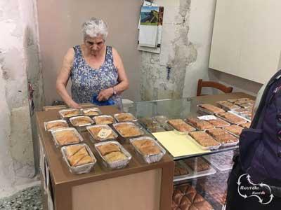 de eigen gemaakte baklava, natuurlijk ook te koop