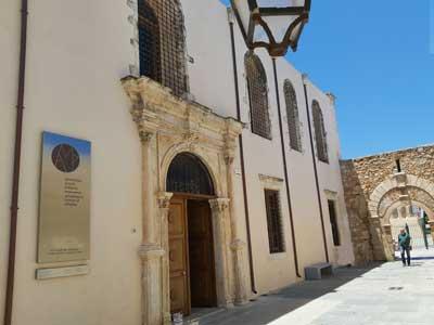 de toegangs deur tot het archeologische museum van Rethymnon, tijdelijk gehuistvest in een kerk