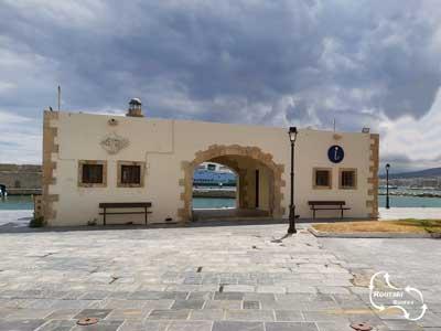 het toeristenbureau in de haven van Rethymnon